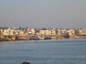 Wschód słońca na wybrzeżu Hersonissos, blisko portu.