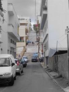 Jedna z uliczek Agios Nikolaos. Oczywiście pod górkę.