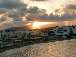 Widok o zachodzie słońca z portu,  na drugą część Hersonissos.
