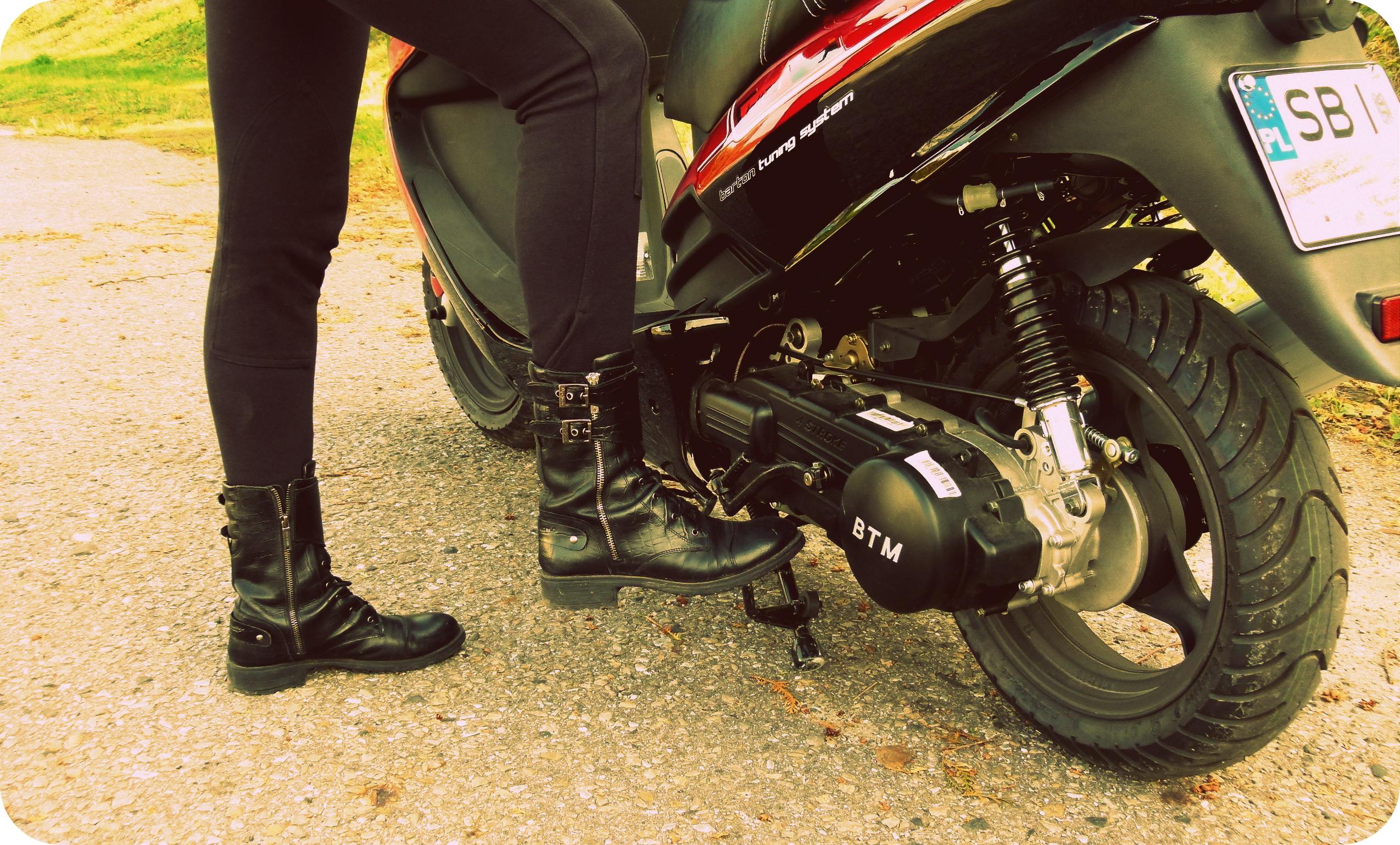 motocykl barton huragan,skuter,kobieta na motorze,odzież motocyklowa,wolf