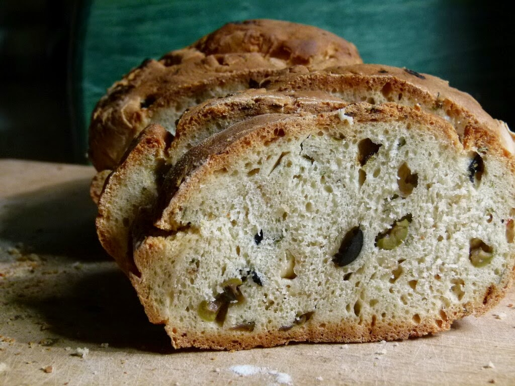 chleb3,grecki chleb z oliwkami